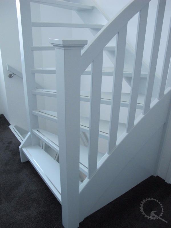 Open mahonie spiltrap met RVS strip