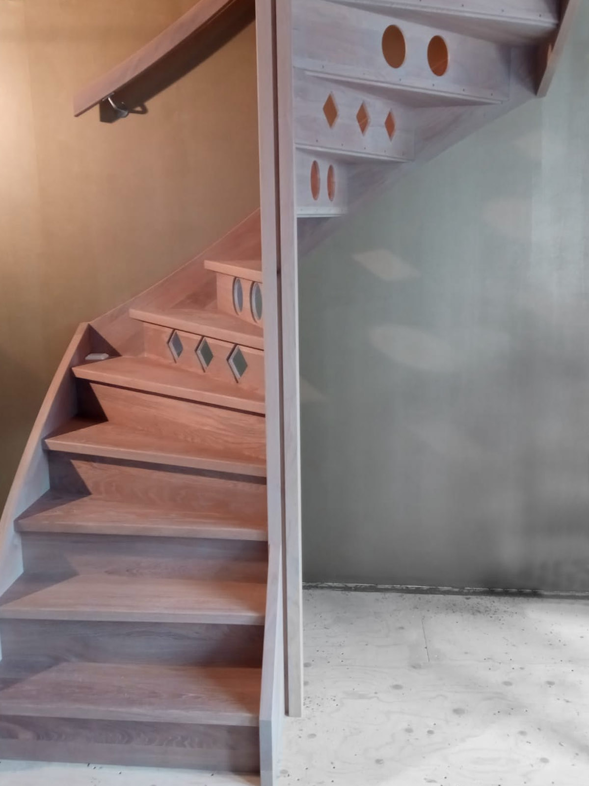 Eiken houten trap met patroon in stootborden - Foto 2