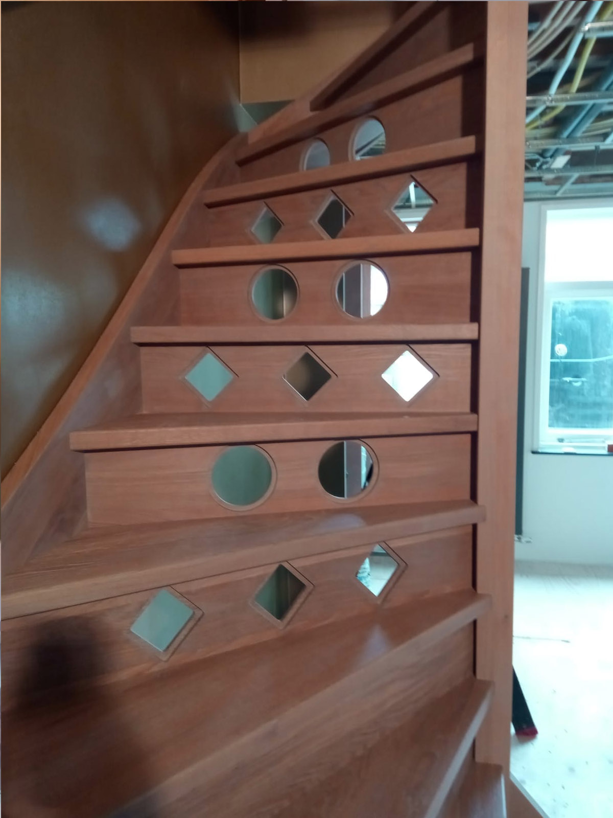 Eiken houten trap met patroon in stootborden - Foto 3