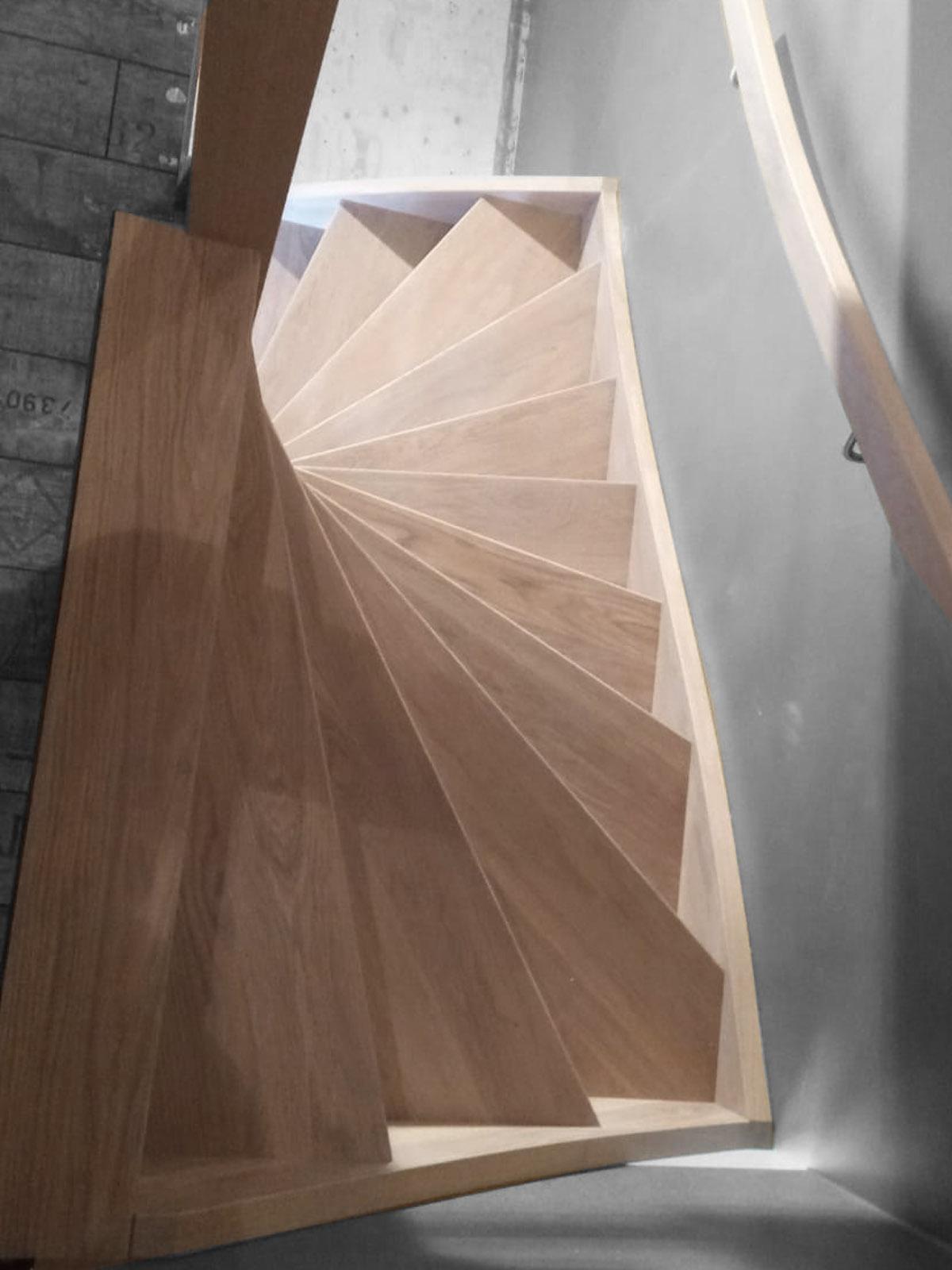 Eiken houten trap met patroon in stootborden - Foto 1