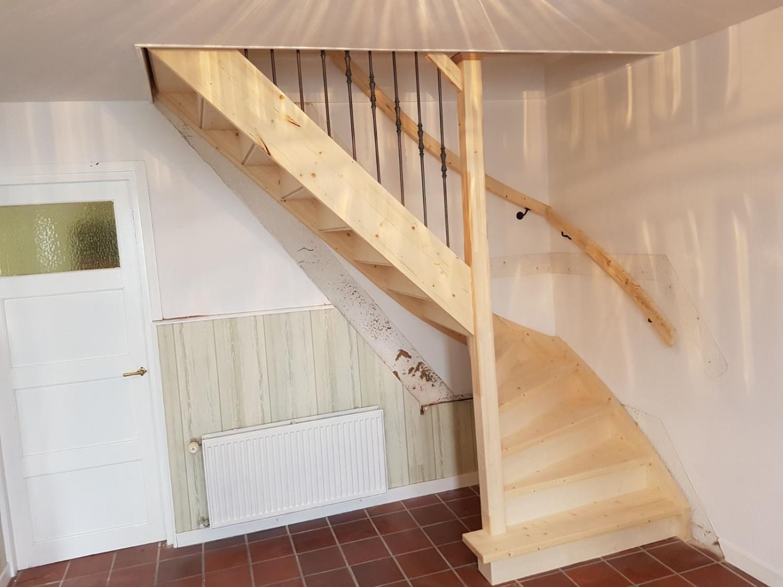 Vuren houten trap met smeedijzeren spijlen - Foto 4