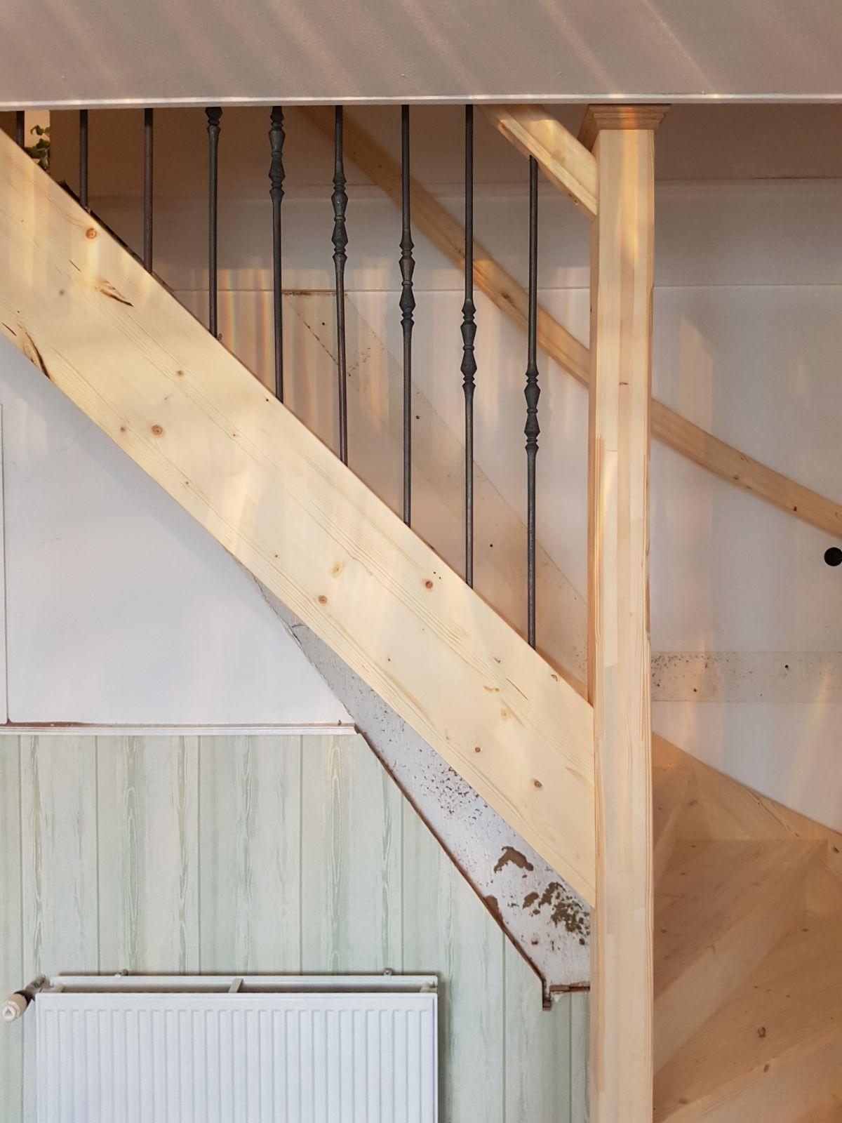 Vuren houten trap met smeedijzeren spijlen - Foto 2