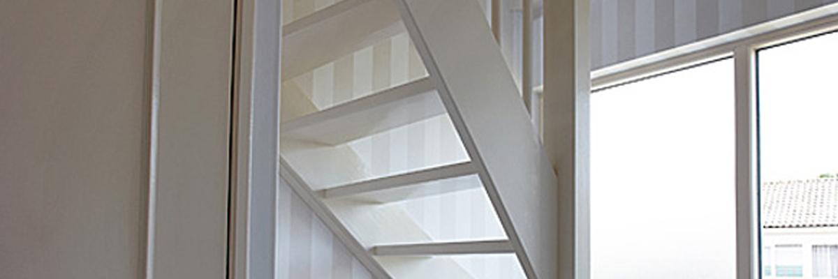 Kosten trap plaatsen best houten trap with kosten trap for Houten trap plaatsen