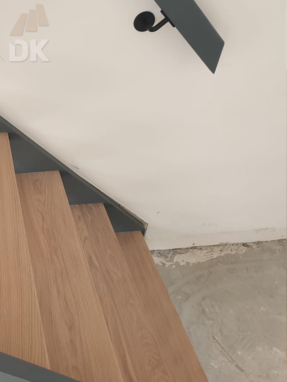 Open hardhouten trap met bovenkwart - Foto 3