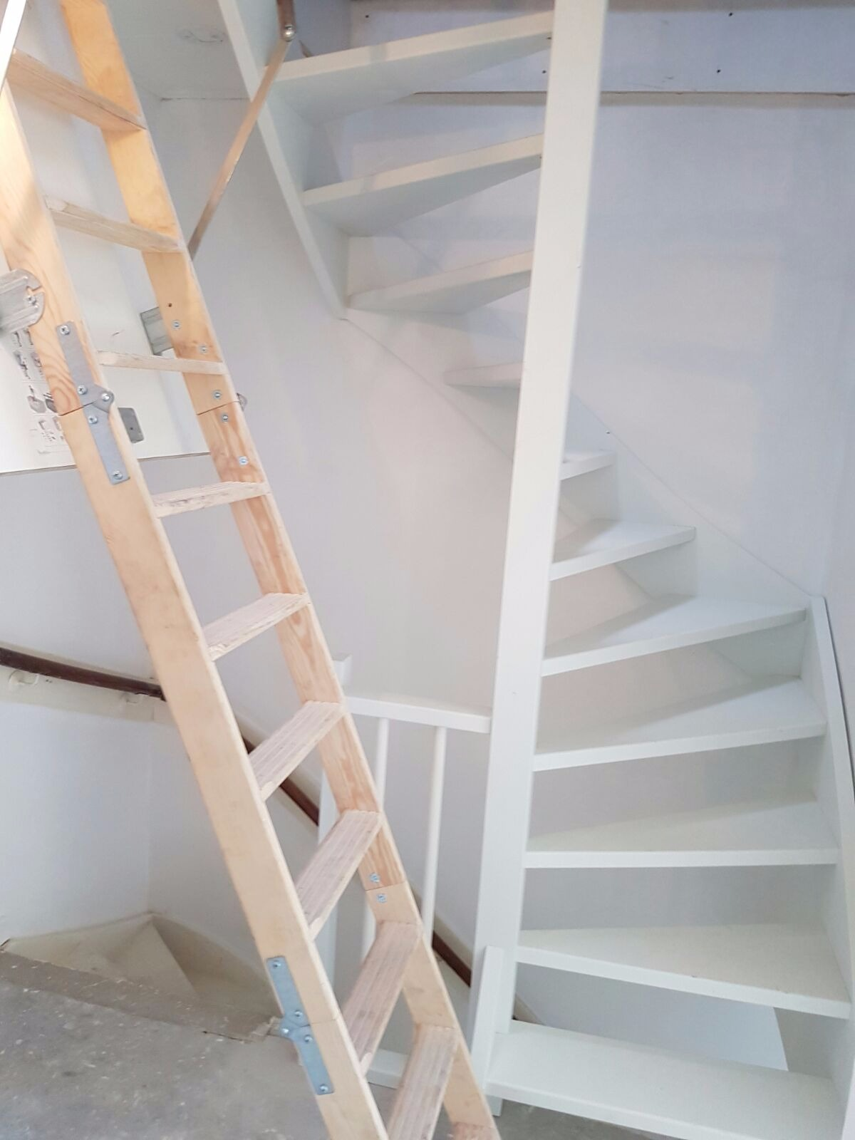 Onze trappenfabriek vaste trap trappenspecialist de for Houten trap plaatsen