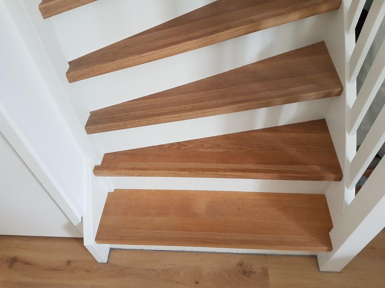 Soorten houten trappen trap in beeld witte trap met for Trap hout wit