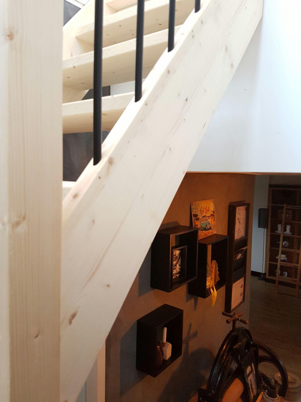 Houten trap met ijzeren spijlen - Foto 3