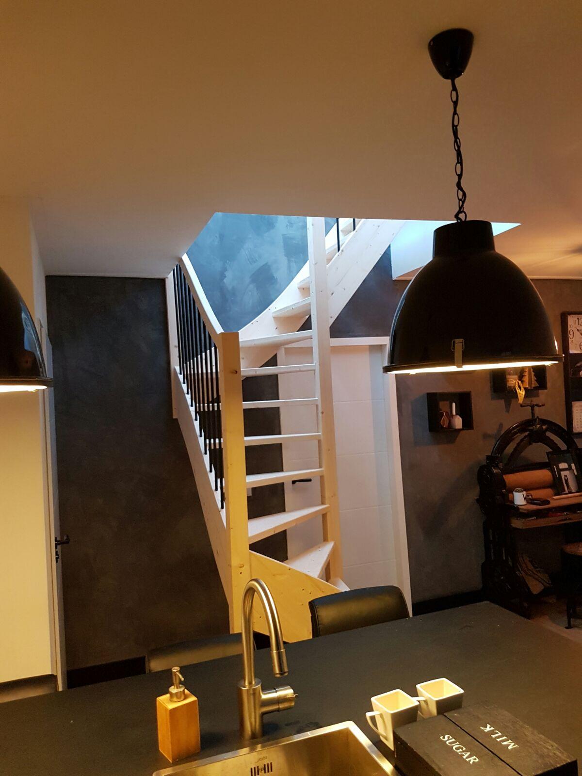 Houten trap met ijzeren spijlen - Foto 9