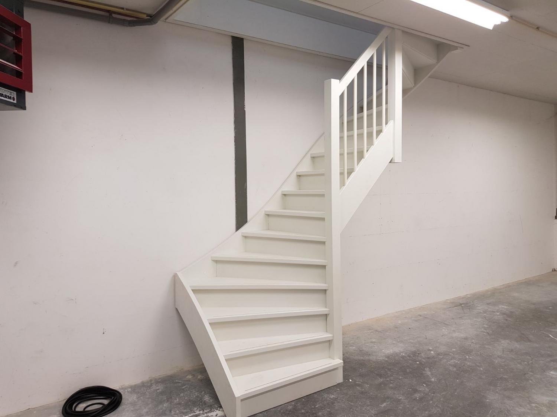 Houten trap bedrijfspand - Foto 1