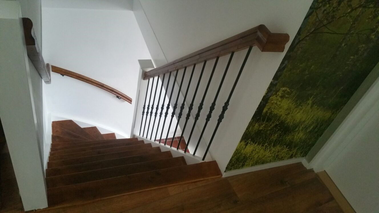Vuren houten trap met smeedijzeren spijlen - Foto 8