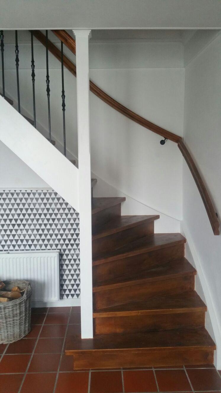 Vuren houten trap met smeedijzeren spijlen - Foto 1