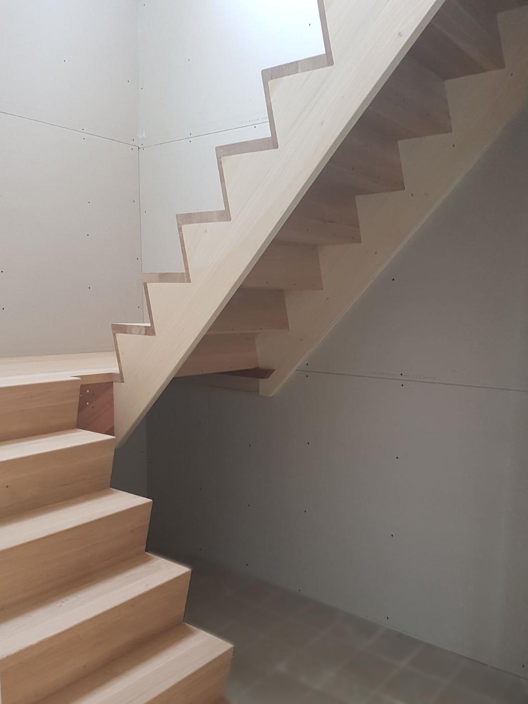 Soorten houten trappen trap in beeld z trap met bordes for Kwart trap